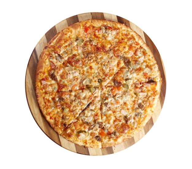 Pizza met rundvlees en varkensvlees, italiaanse keuken. studio. geïsoleerd op witte achtergrond. uitknippad