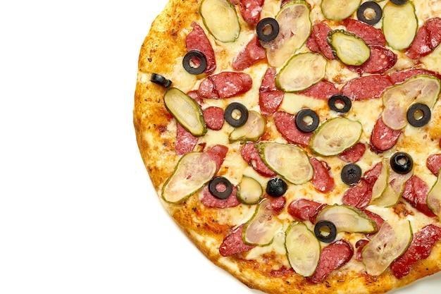 Pizza met salami, komkommer en olijven, saus en gesmolten kaas, knapperige kanten, geïsoleerd op een witte achtergrond