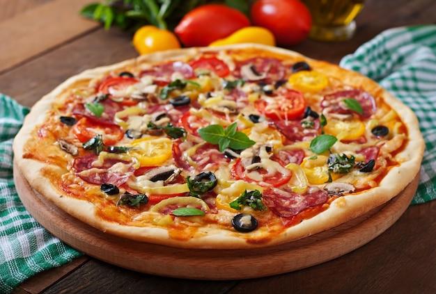 Pizza met salami, tomaat, kaas en olijven