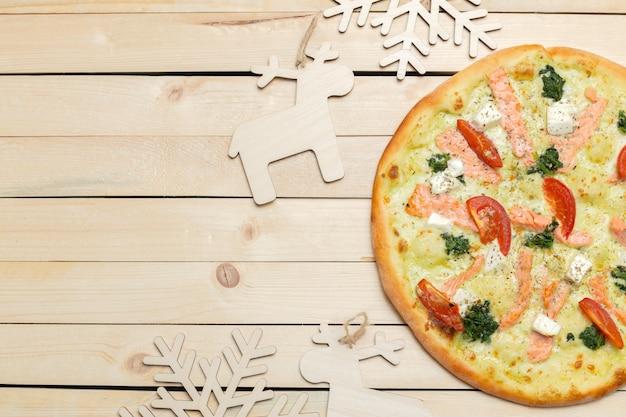 Pizza met sneeuwvlokkendecoratie. winterpizza