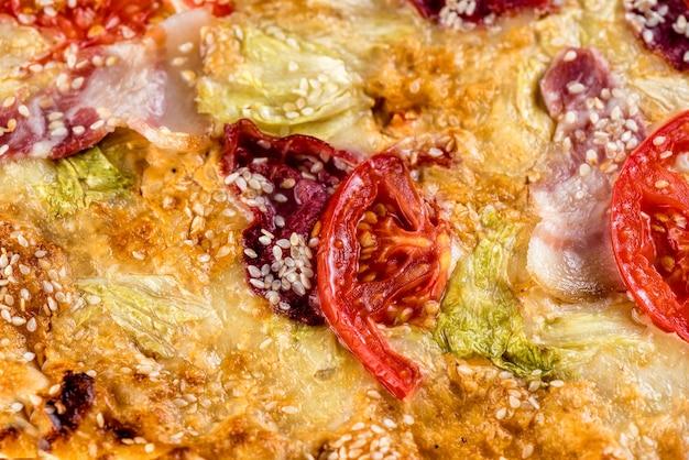Pizza met tomaat, ham, kaas en saus. macro