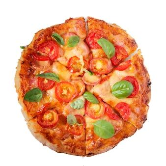 Pizza met tomaten en kaas geïsoleerd witte achtergrond