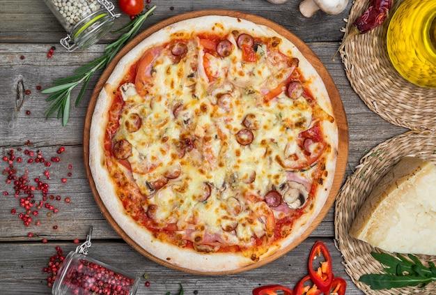Pizza met tomaten, mozzarellakaas. heerlijke italiaanse pizza
