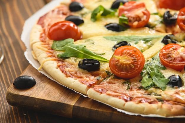 Pizza met tomatenkaas en rucola