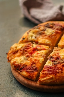 Pizza met tomatensaus en kaas