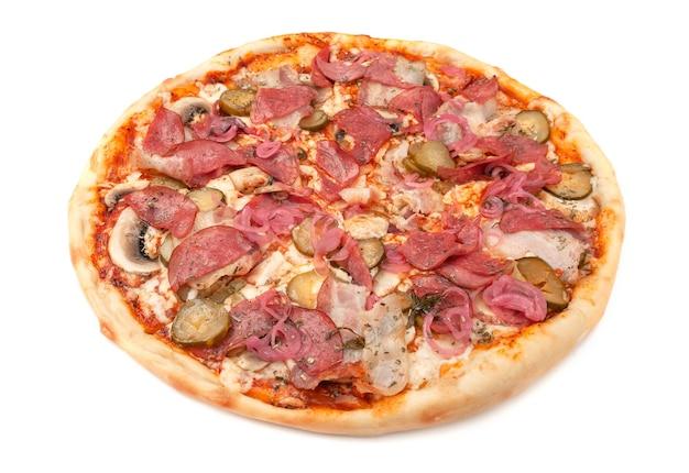 Pizza. met verse champignons, spek, salami, ingelegde komkommers, rode ui en mozzarella kaas. witte achtergrond. geïsoleerd. detailopname.