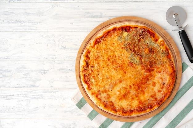 Pizza met vier kazen geserveerd op houten achtergrond