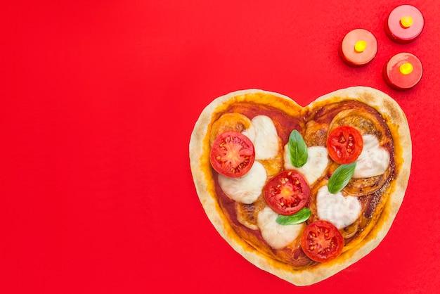 Pizza met vorm van hart voor valentijnskaart