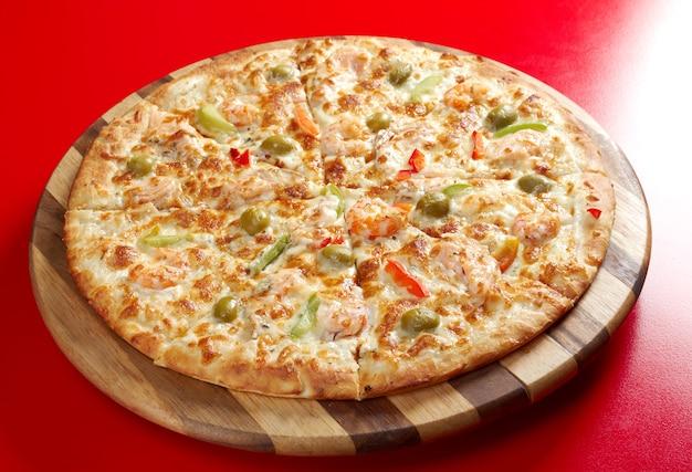 Pizza met zalm. italiaanse keuken. studio