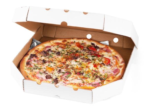 Pizza met zeevruchten, rode peper en groene olijven in kartonnen doos, geïsoleerd op wit