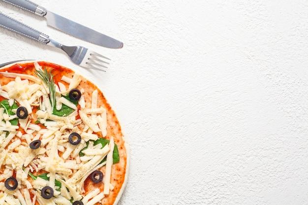 Pizza met zwarte olijven en kaas