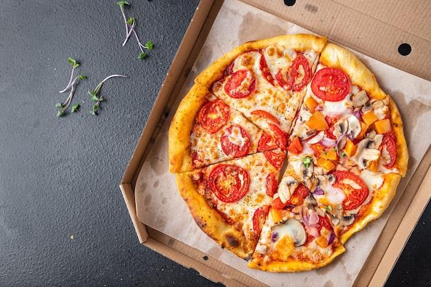 Pizza mix verschillende soorten pizza in één doos verse portie kant en klare maaltijd snack op tafel