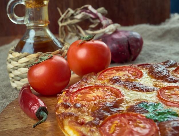 Pizza napoletana gemaakt met tomaten en mozzarellakaas