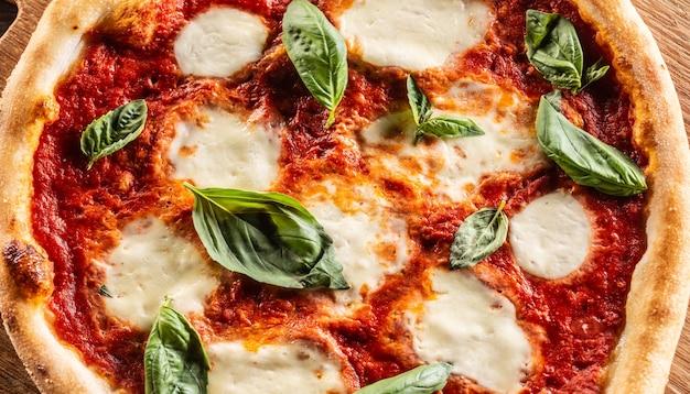 Pizza napoletana tomatensaus mozzarella en basilicum