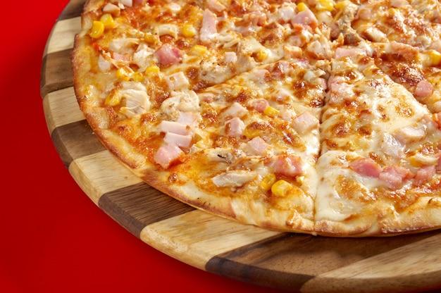 Pizza netjes tong. italiaanse keuken. studio