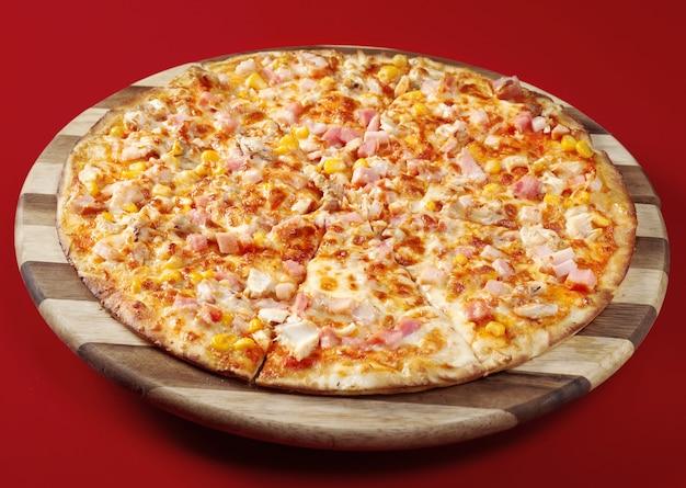 Pizza netjes tong. italiaanse keuken.
