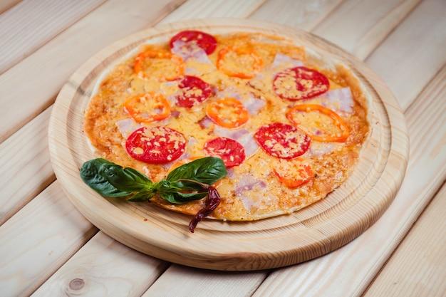 Pizza op de houten tafelblad bekijken