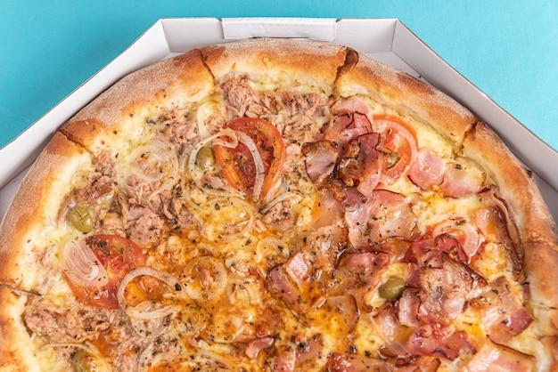 Pizza op de tafel in licht blauwe kleur