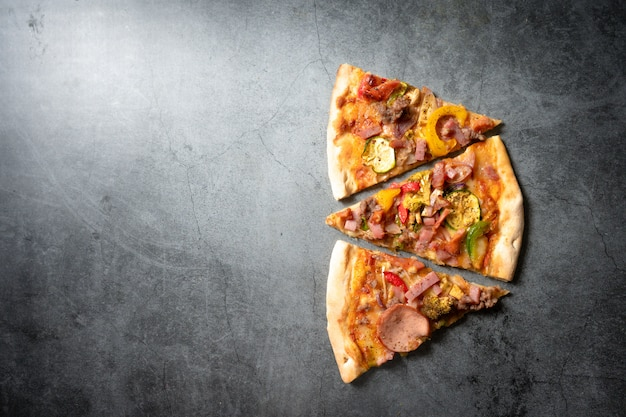 Pizza op donkere achtergrond