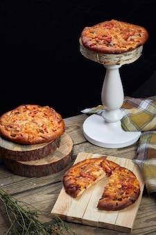 Pizza op een houten tafel
