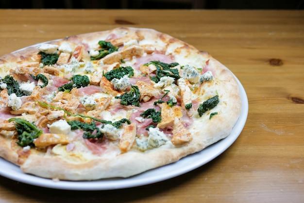 Pizza op een restaurant tafel