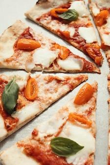 Pizza op grijze ondergrond