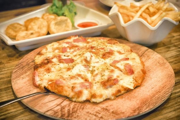 Pizza op houten plaat gezet
