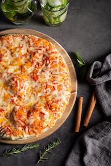 Pizza op houten plaat