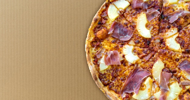 Pizza op oud pakpapier als achtergrond bovenaanzicht