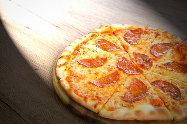 Pizza pepperoni met mozzarella kaas, tomaten, kruiden en verse basilicum. italiaanse pizza op hout