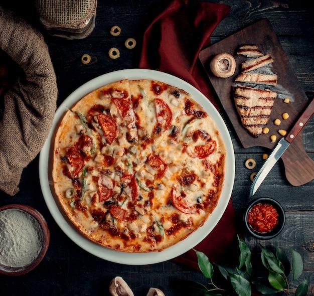 Pizza polo funghi bovenaanzicht