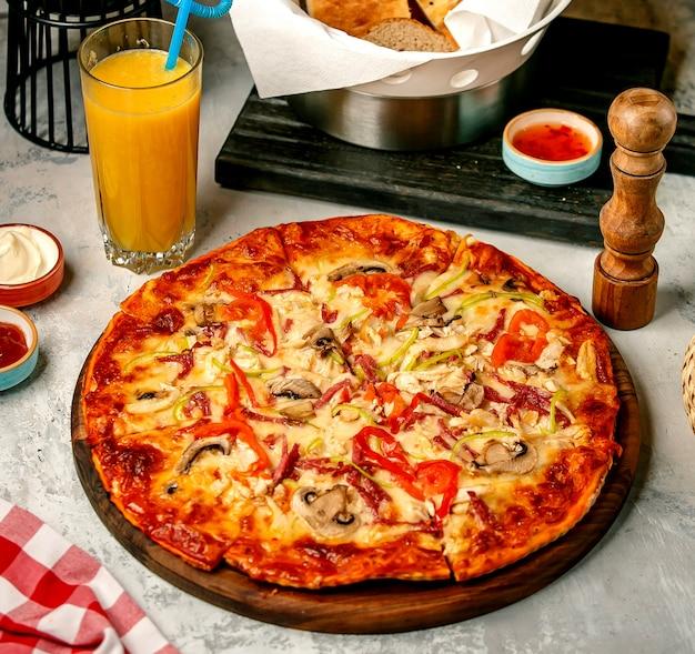 Pizza polo funghi op tafel