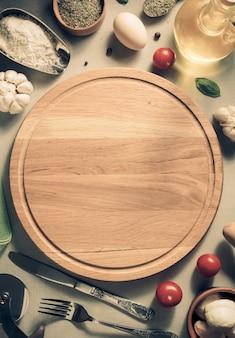 Pizza snijplank aan tafel