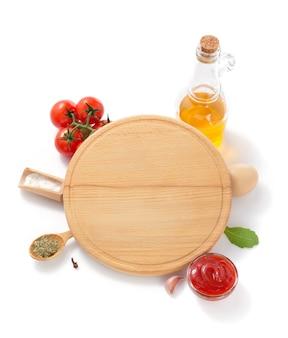 Pizza snijplank met ingrediënt geïsoleerd op wit