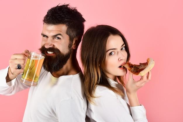 Pizza tijd fastfood man met vrouw die pizza eet romantisch paar eten dating gelukkige familie tijd