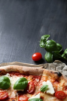 Pizza tijd! lekkere zelfgemaakte traditionele pizza, italiaans recept