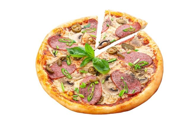 Pizza. tomatensaus, jalapeno peper, verse spaanse peper, cervelat, mozzarella kaas, verse champignons, oregano. witte achtergrond. geïsoleerd. detailopname.