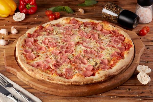 Pizza, variant van klassieke italiaanse pizza, houten achtergrond