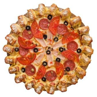 Pizza versierd met olijven geïsoleerd op witte achtergrond