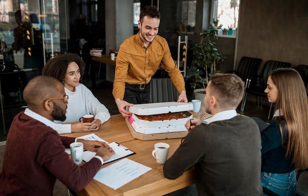 Pizza wordt naar een kantoor gebracht voor een vergaderpauze