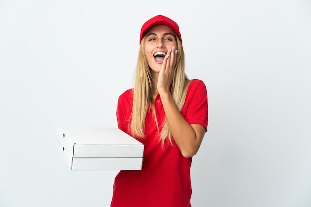 Pizzabezorger die een pizza houdt die op witte muur wordt geïsoleerd die met wijd open mond schreeuwt