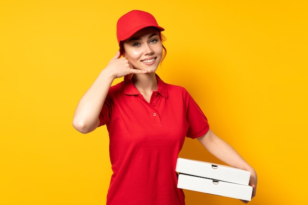 Pizzabezorger die een pizza houdt