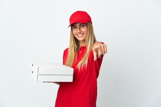 Pizzabezorger die een pizza op wit houdt die voorzijde met gelukkige uitdrukking richt