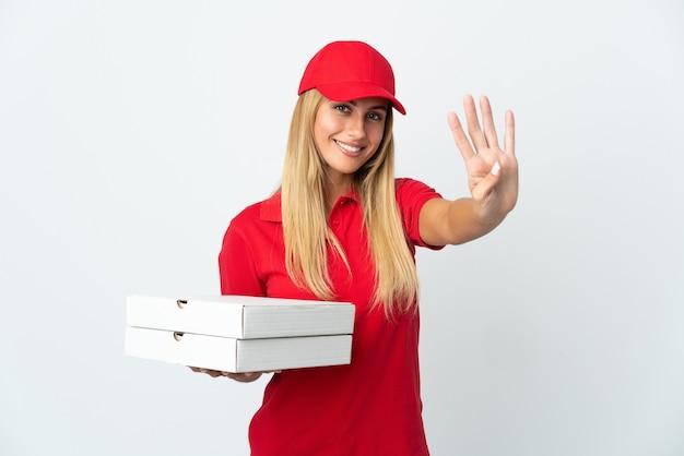 Pizzabezorger die een pizza op wit houdt gelukkig en vier met vingers telt