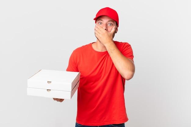 Pizzabezorger die mond bedekt met handen met een geschokte