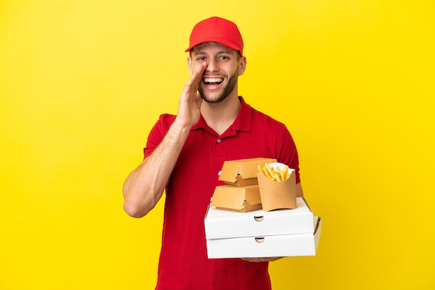 Pizzabezorger die pizzadozen en hamburgers ophaalt over een geïsoleerde achtergrond die met wijd open mond schreeuwt