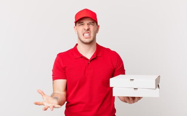 Pizzabezorger kijkt boos, geïrriteerd en gefrustreerd schreeuwend wtf of wat is er mis met jou