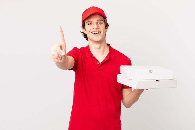 Pizzabezorger lacht en ziet er vriendelijk uit, met nummer één