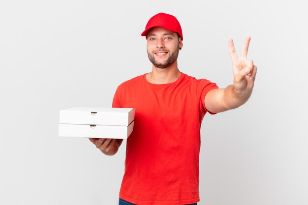 Pizzabezorger lacht en ziet er vriendelijk uit, met nummer twee