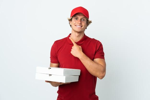 Pizzabezorger over geïsoleerde witte achtergrond die naar de kant wijst om een product te presenteren